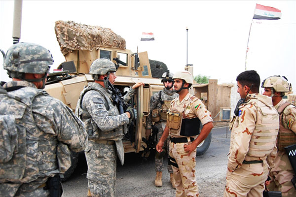 Sgt. 1st Class Allan Cottone talks to Iraqi Army Soldiers (U.S. Army photo by Spc. William A. Joeckel, 2nd AAB, 1st Inf. Div., USD-C)