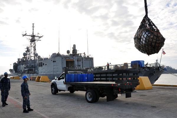 USS Carr unloads drugs 600x400
