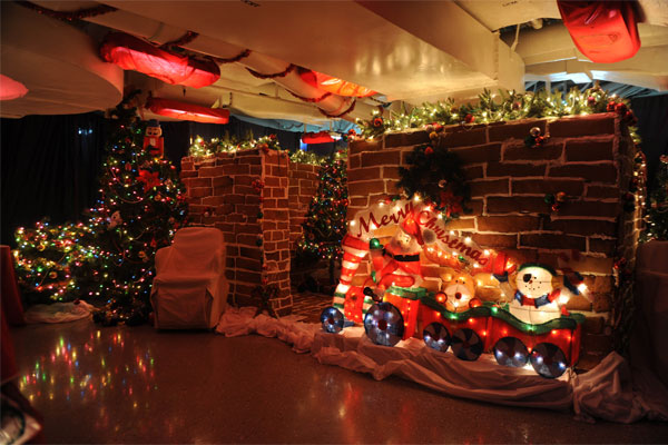 Gingerbread house on USS Stennis 600x400