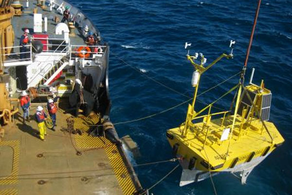Coast Guard Cutter Maple redeploys weather data buoy 600x400