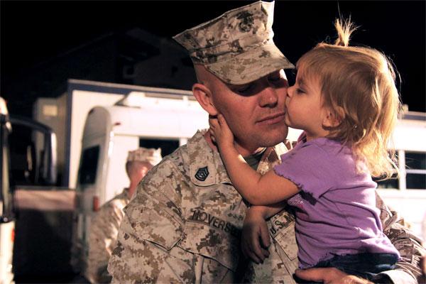 Marine saying goodbye to child 600x400