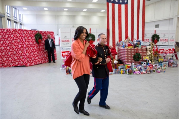 Michelle Obama with Marines 600x400