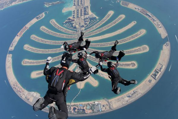 Army Golden Knights parachuting 600x400