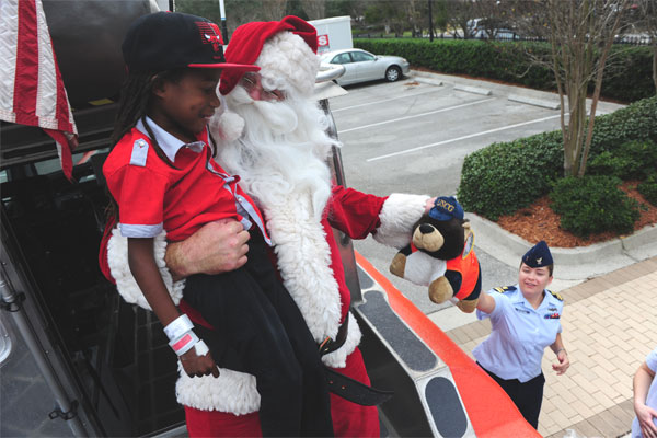 Coast Guardsmen visit the Ronald McDonald House 600x400