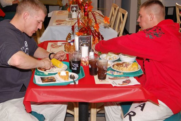 Soldiers eating 600x400