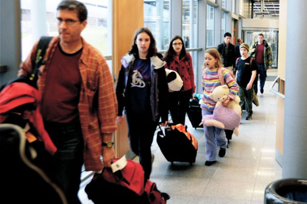 People in airport 600x400