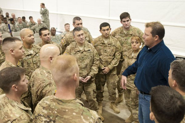 Roger Clemens speaks to soldiers 600x400