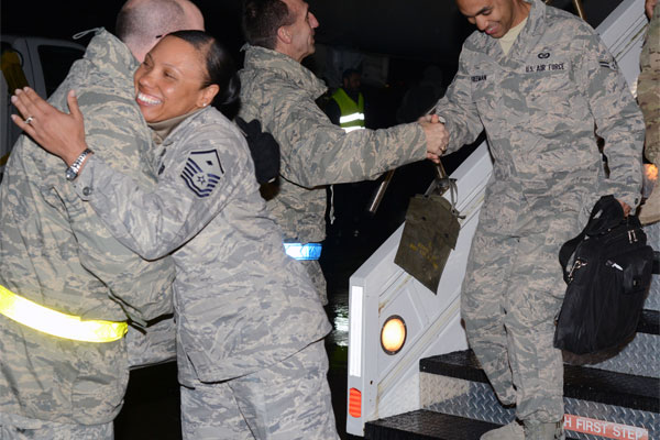 Airmen return from deployment 600x400