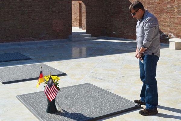 Army Maj. Nik Guran visits grandfathers resting place 600x400