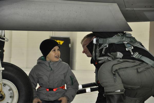 Boy looks at F-22 600x400