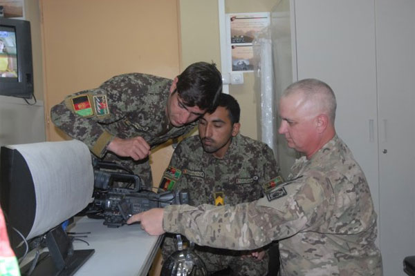 Soldiers teach video photography 600x400