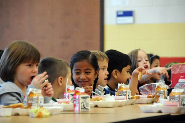 School children eating 600x400