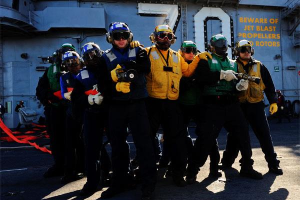Sailors fight mock aircraft fire 600x400