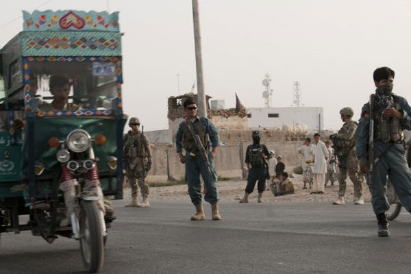 Soldiers work with Afghan police 600x400