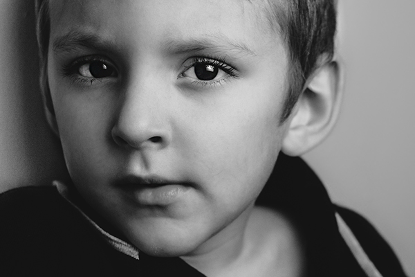 Child posing for photographer 600x400