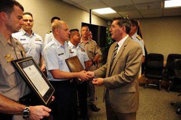 Coast Guardsmen receive award 600x400