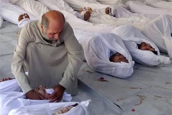 Syrian man mourns over a dead body 600x400