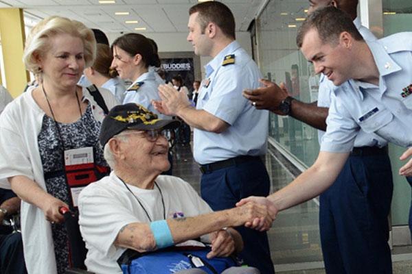 Coast Guard greets veterans 600x400