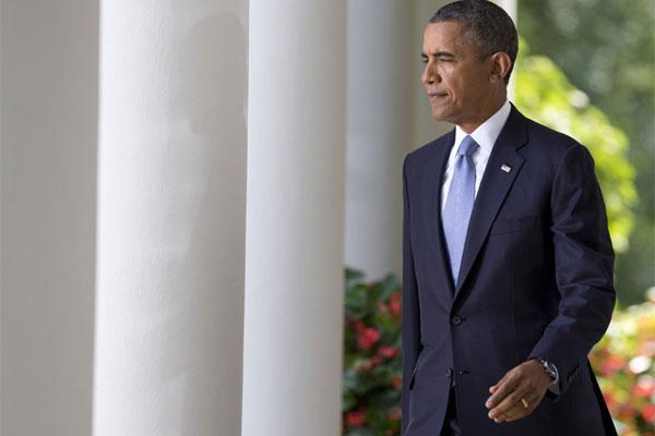 Barack Obama walking 600x400