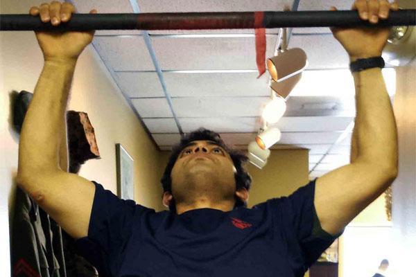 Marine Corps poolee Zaid Alithawi conducts pull ups