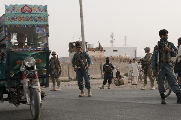Soldiers train Afghan police.